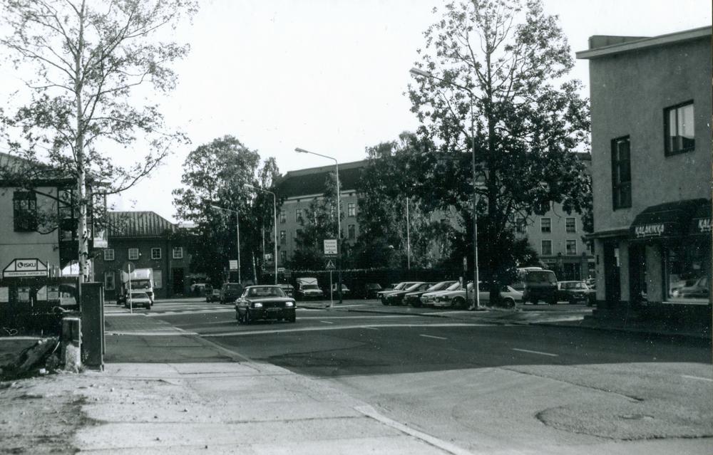 Nykyisen Granitin aukion parkkipaikan kohdilla sijaitsi aiemmin Alaparkki-niminen parkkipaikka. Kuva Tiina Kaila 1991, RKM-kokoelmat.