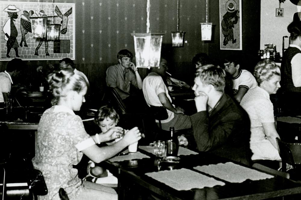 Grilli Kukonlaulu noin vuonna 1968-70. Taustalla istuu nuorisoryhmä. RKM-kokoelmat.