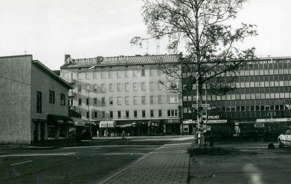 Gilda-elokuvateatteria vastapäätä, puretun Shell-huoltoaseman paikalla, sijaitsi 1990-luvulla ns. hiekkaparkki. Kuva Tiina Kaila 1991, RKM-kokoelmat.