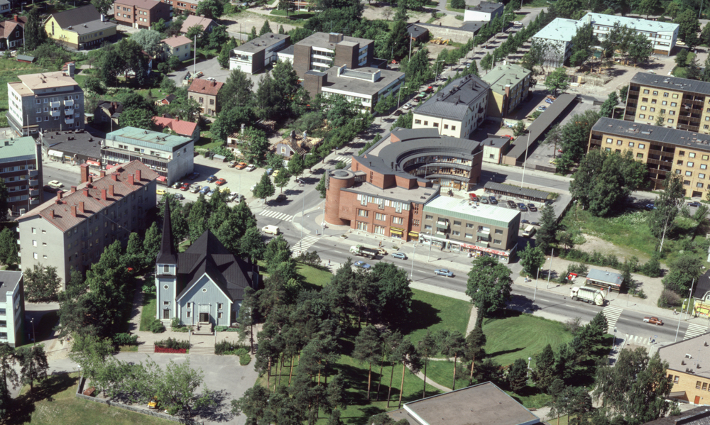 Riihimäen matkailuneuvonnan ilmakuva, jossa näkyy Hämeenkadun yläpäässä sijainnut Runosen kioski ja vasemmalla yläparkki.