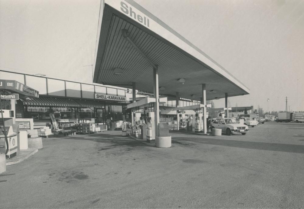 Karavaani-huoltoasema 1990-luvun alussa. RKM-kokoelmat.