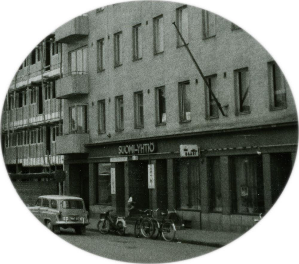 Yksityiskohta valokuvasta, jossa näkyy Keskusbaarin sijainti Keskuskadulla Riihilinnan talossa. Teräskiilan kokoelma. RKM-kokoelmat.