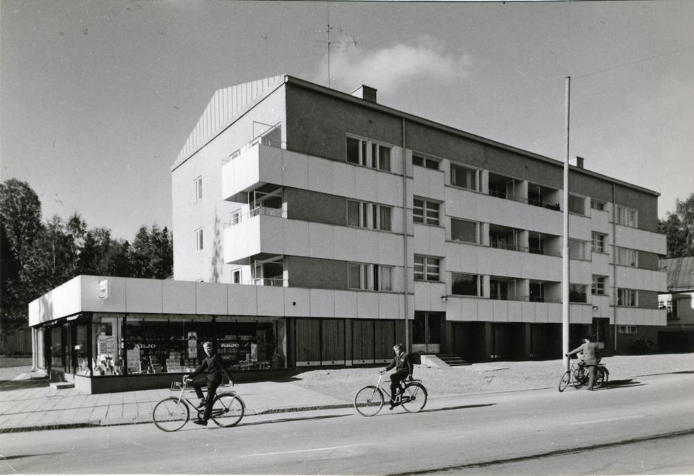 Kiurunpiha-baari sijaitsi rakennuksen vasemmassa reunassa olleen elintarvikemyymälän yhteydessä. Kuva Teräskiila. RKM-kokoelmat.