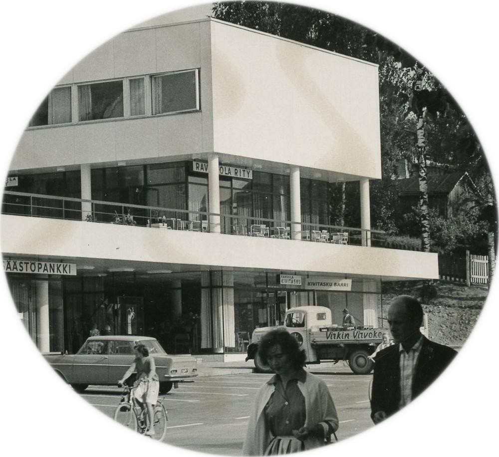 Kivitasku-baari sijaitsi RiTy-talon alakerrassa oikealla. Baarin edustalla myös Virkin virvokkeen auto. Yksityiskohta Arvo Haakanan valokuvasta 1960-luvun alusta. RKM-kokoelmat.
