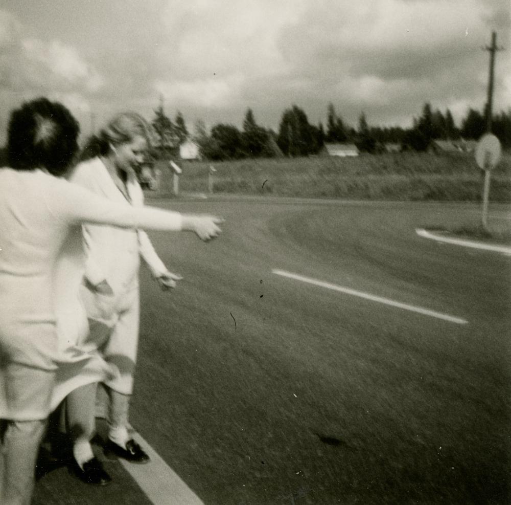 Riihimäkeläisiä tyttöjä liftaamassa 1970-luvun vaihteessa. Kuva yksityiskokoelma.