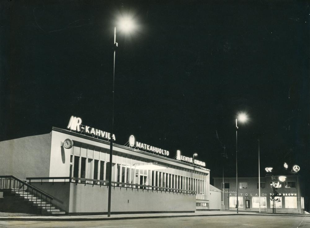 Linja-autoasema illalla kuvattuna. Rakennuksen katolla vasemmalla MR-kahvilan valomainos. RKM-kokoelmat.