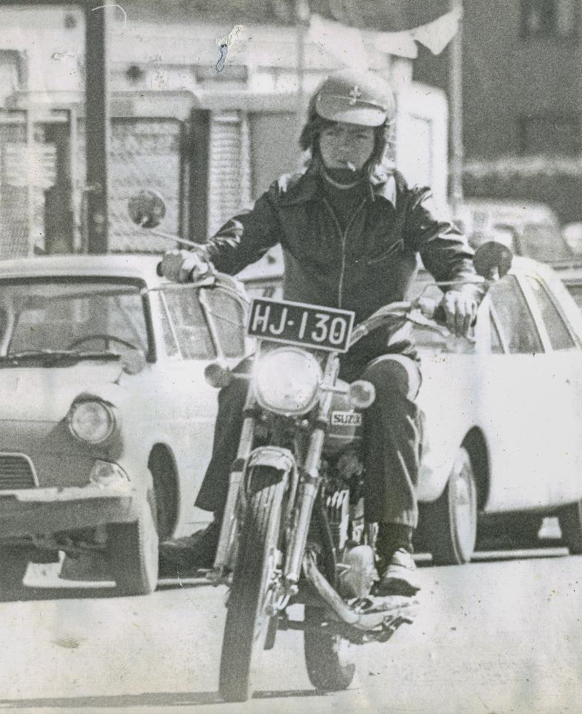 Nuori moottoripyöräilijä ajaa 1970-luvun alussa Keskuskadulla Puputin risteykselle päin. Taustalla näkyvät Shellin liehuvat viirit. Kuvaaja Reijo Pääläinen. Kuva yksityiskokoelma.