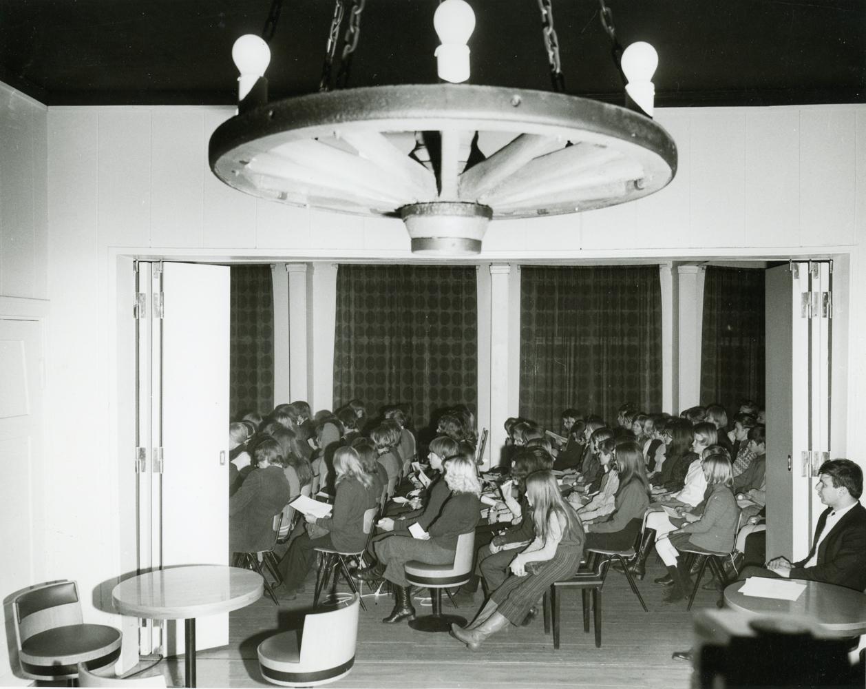 Nuopparilla järjestettiin myös keskustelutilaisuuksia, joissa nuoret saivat esittää omia ehdotuksia nuorisotoiminnan kehittämisestä. Kuvassa nuorisotapahtuma 1960-luvun lopulta. Kuva Arvo Haakana. RKM-kokoelmat.