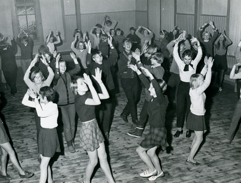 Nuoria tanssimassa 1960- ja 1970-luvun vaihteessa. RKM-kokoelmat.