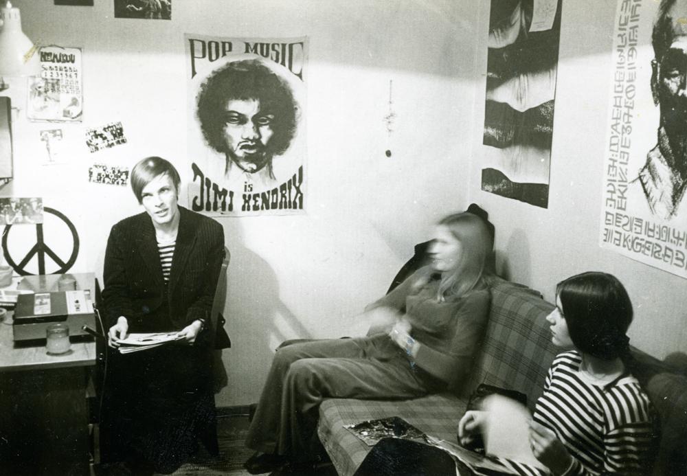 Nuorisotalon yläkerrassa oli tilat eri nuorisokerhoille. Kuvassa valokuvauskerho 1970-luvun vaihteessa. Kuva yksityiskokoelma.
