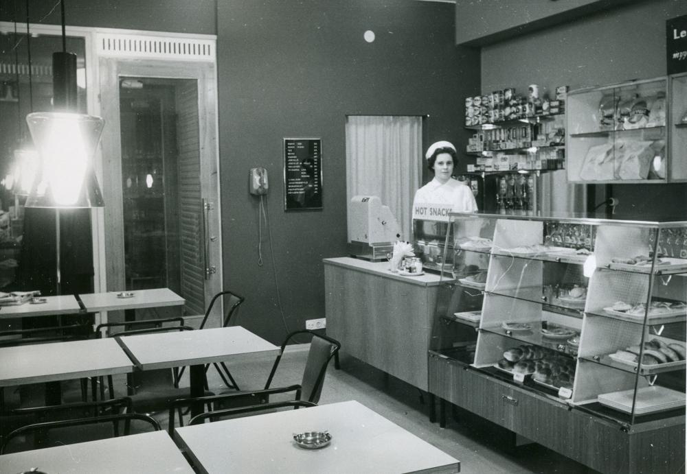 Torikadulla Hämeenaukion tuntumassa sijainnut Rengasbaari avattiin 11.1.1961. RKM-kokoelmat.