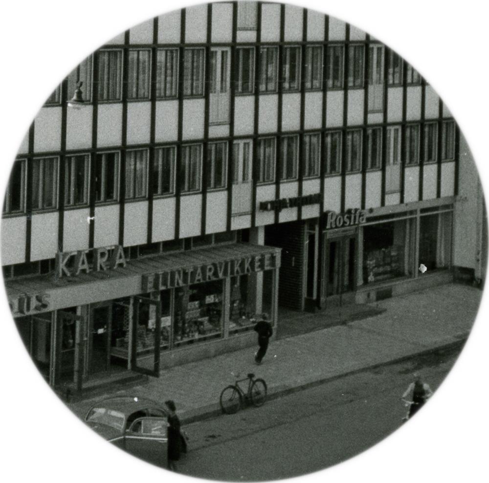 Yksityiskohta 1960-luvun alun valokuvasta, jossa näkyy Rosita-baarin sijainti Keskuskadulla Karanlinnan rakennuksessa. Teräskiilan kokoelma. RKM-kokoelmat.
