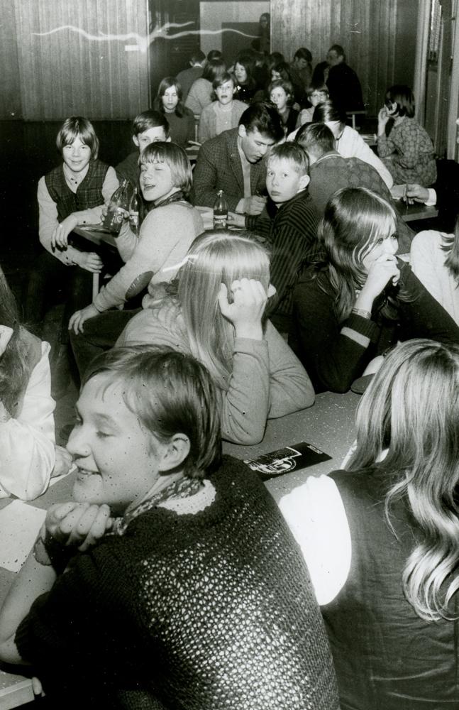 Nuorten tilaisuus todennäköisesti Nuorisotalolla 1960-luvun lopulla. RKM-kokoelmat.