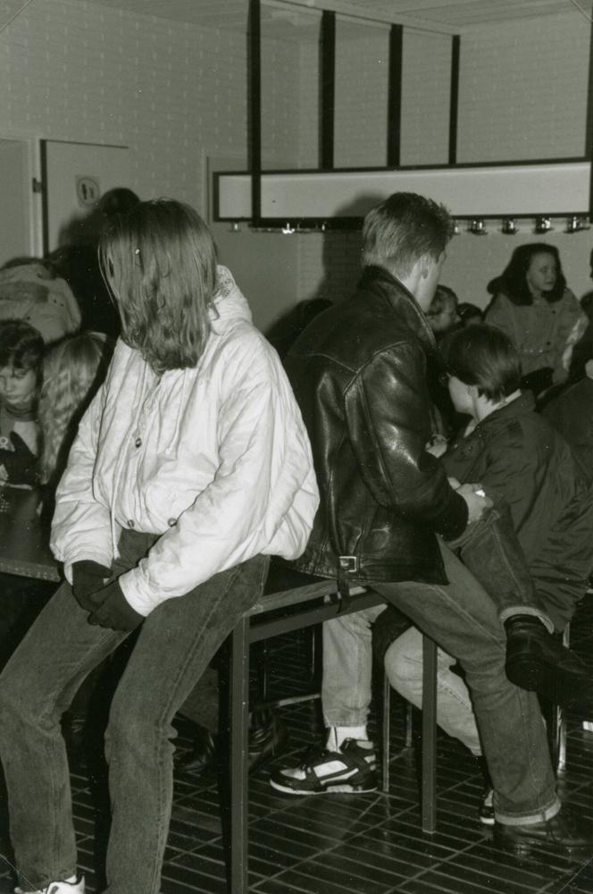 Nuorisoa perjantain vietossa Yökkösessä 13.3.1992. Kuva Riihimäen seurakunta.