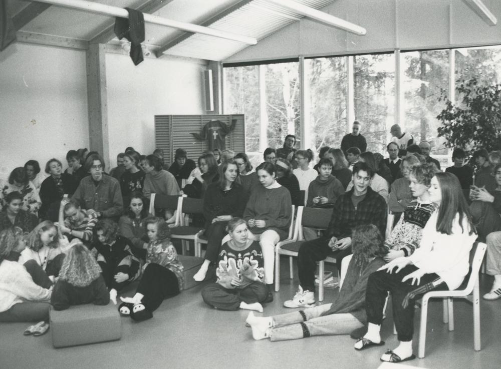 Yökkösen nuoria avustajia 1990-luvun alussa. Taustalla seinämään kiinnitetty Yökkönen-verkkopaita. RKM-kokoelmat.