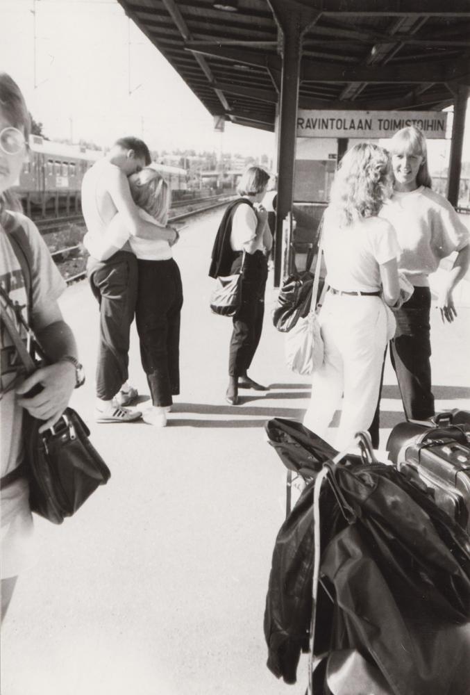 Rautatieasema oli lähtöpisteenä myös pidemmille matkoille. Nuoria Riihimäen asemalla aloittamassa matkaa saksalaiseen ystävyyskaupunki Bad Segebergiin vuonna 1984. Kuva Pertti Kosonen, Nuorisopalveluiden valokuvakansio.