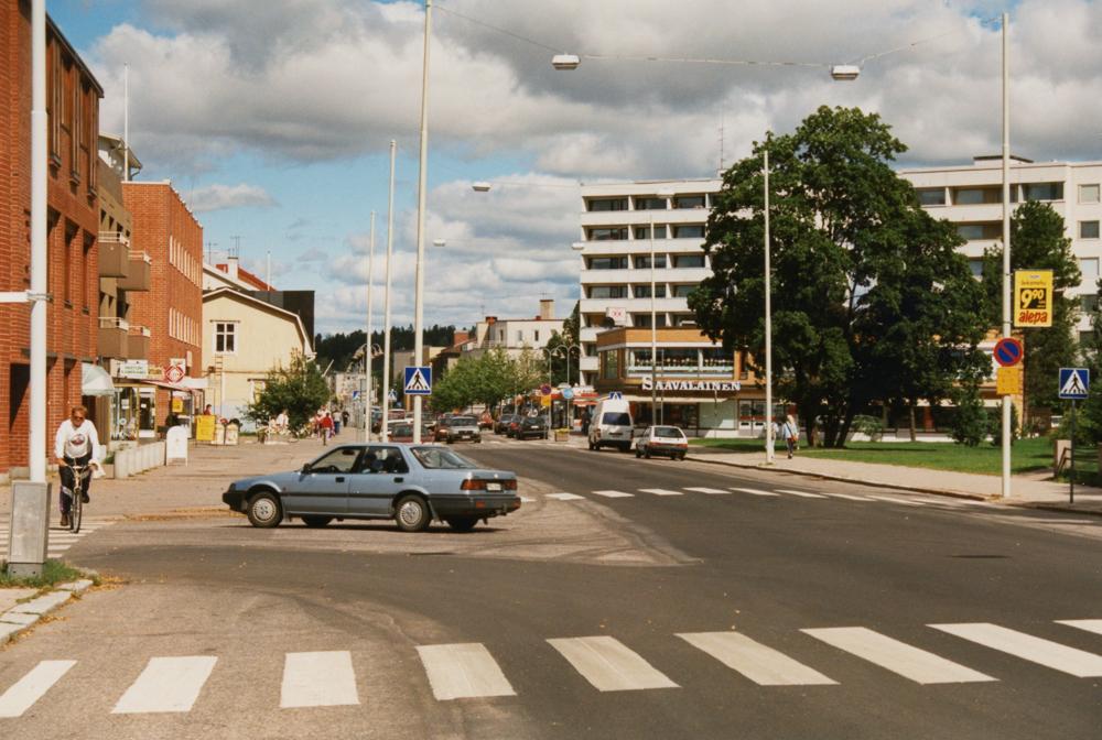 Kesäinen Hämeenkadun yläpää. Oikealla näkyy uusi rakennus Saavalaisen kulmassa. RKM-kokoelmat.