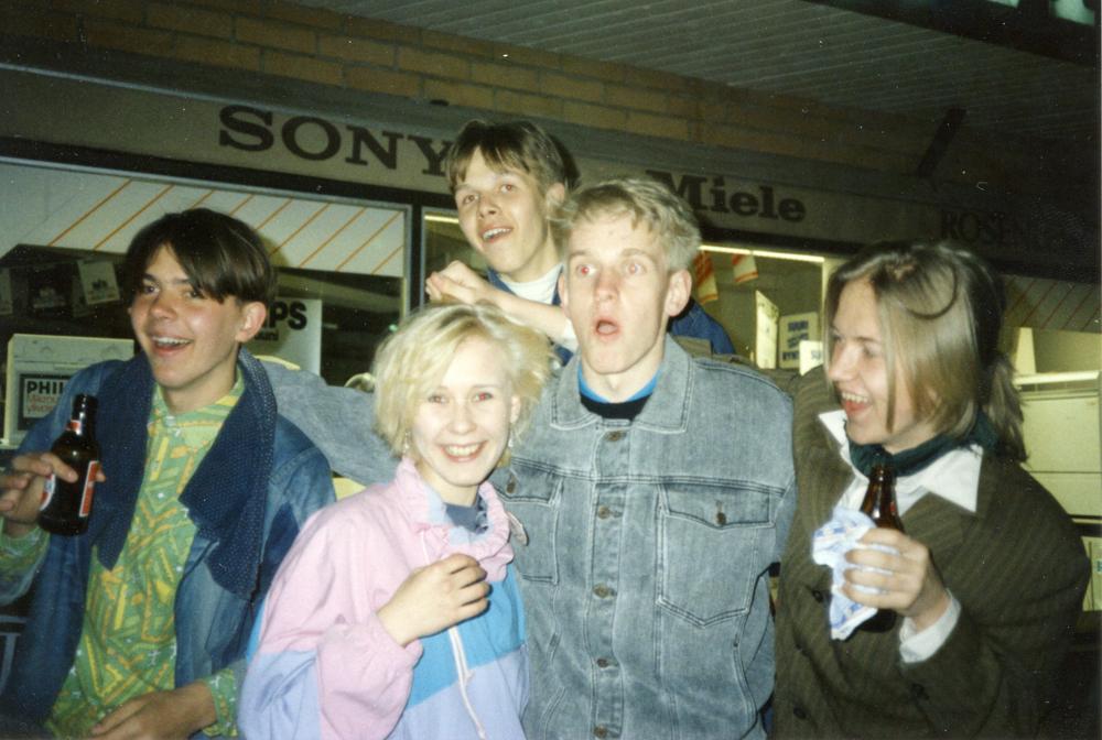 Riihimäellä vierailulla vuonna 1989 olleet tartolaiset nuorisokuorolaiset vietiin tietysti tutustumaan paikalliseen nuorisoelämään kartsalle. Taustalla Hämeenkatu 26:n liikerakennus. Kuva yksityiskokoelma.