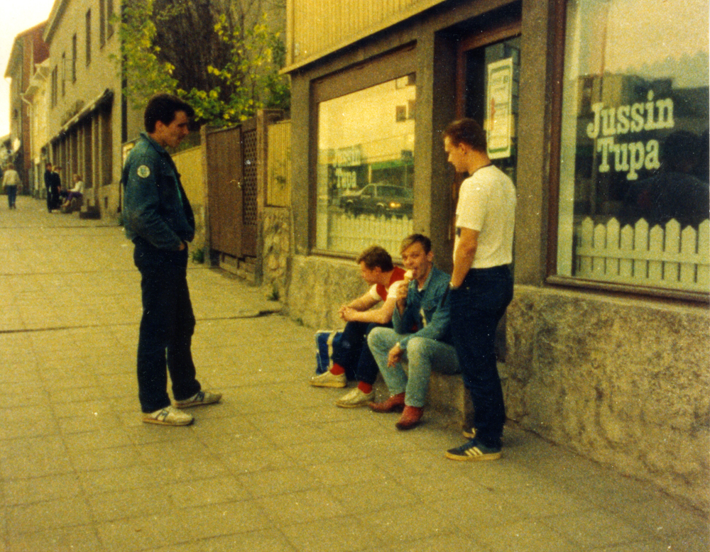 Nuoria istumassa Hämeenkadun varrella, silloisen Jussin Tuvan rappusilla vuonna 1982 tai 1983. Kuva yksityiskokoelma.