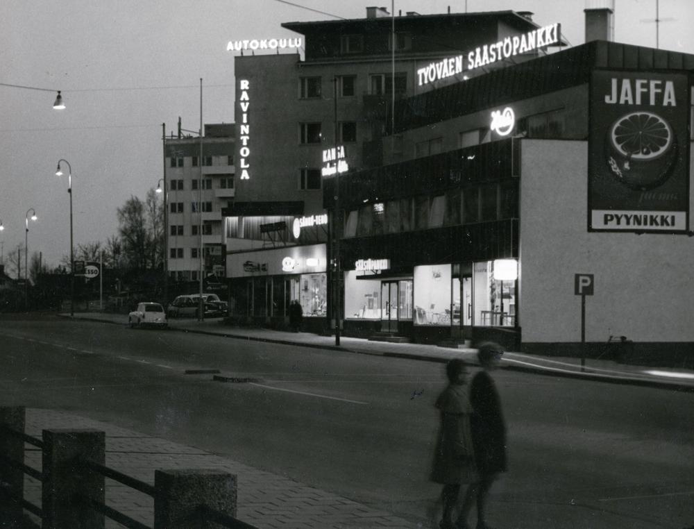 Iltanäkymä Hämeenkadulta Hämeenaukiolle päin. RKM-kokoelmat.