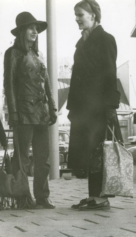Nuoria seisomassa Puputin edustalla Keskuskadulla 1960-ja70-lukujen vaihteessa. Kuvaaja Timo Raunio. Kuva yksityiskokoelma.