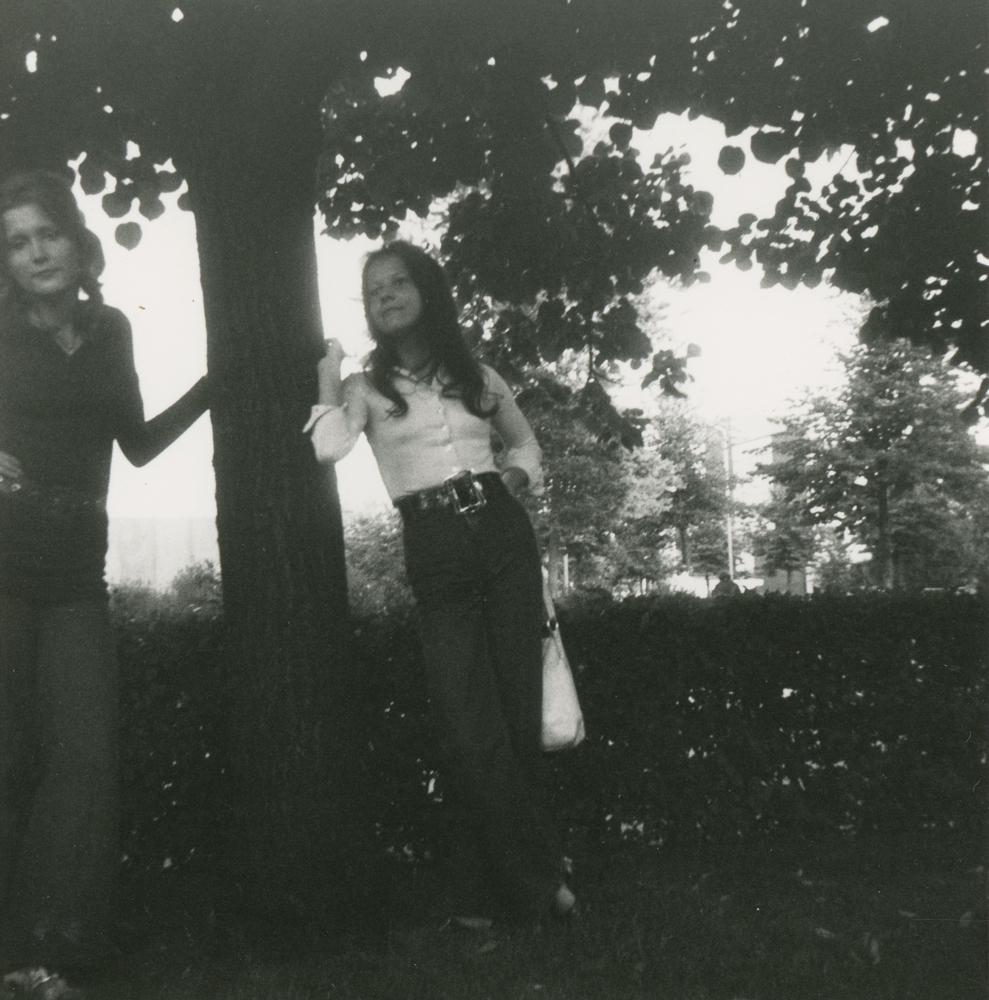 Nuoria 1960-luvun lopun muotivaatteissa Itsenäisyydenpuistossa. Kuva yksityiskokoelma.