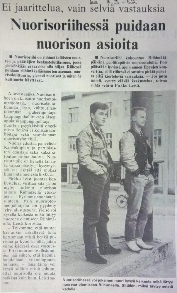 Vuonna 1982 järjestettiin Nuorisoriihi, jossa pohdittiin mm. miksi nuorison pitää seisoskella kauduilla. Kuvassa nuoret nykyisen Laurelin kahvilan edustalla. Nimikoimaton lehtileike 9.2.1982. Nuorisopalveluiden leikekirja.