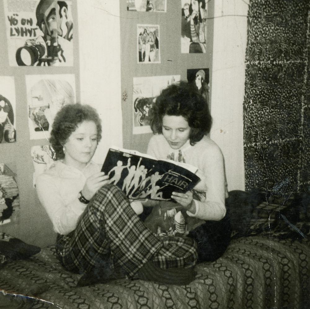 Popparityttöjä 1960-70-luvun taitteessa omassa huoneessa. Kuva yksityiskokoelma.