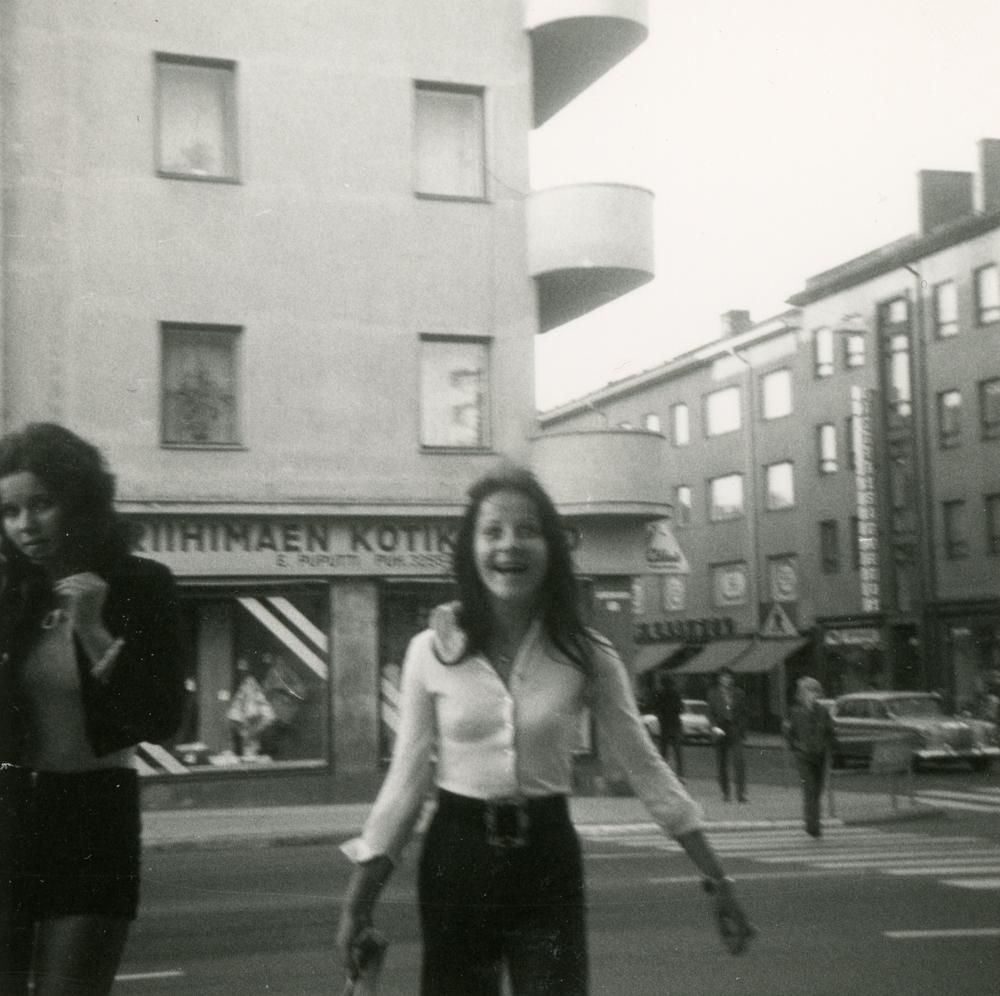 Nuoria hassuttelemassa Puputin risteyksessä 1970-luvun vaihteessa. Kuva yksityiskokoelma.