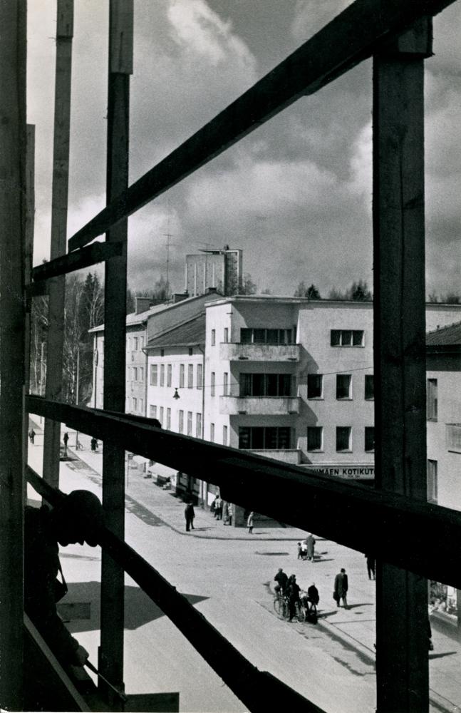 Arvo Haakanan 1960-luvun alun kuva valmistuvan Karalinnan rakennustelineiltä Puputinkulmalle päin. Kuvassa näkyy nuoria sekä Puputin että Teräksen kulmalla. RKM-kokoelmat.