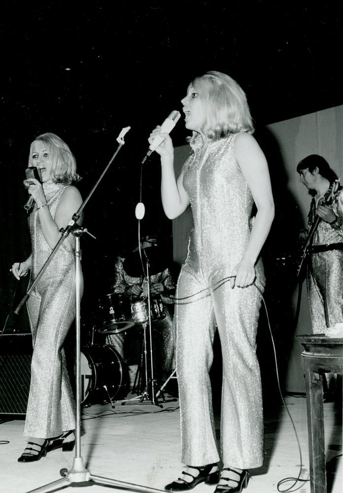 Ennen diskoja Rity-talolla järjestettiin keikkoja myös nuorisoyleisön mieleen. Vuonna 1969 kaksoissisaret Ulla ja Tiina esiintyivät E-osuusliikkeiden tarjoamassa nuorisoviihdeillassa. RKM-kokoelmat.