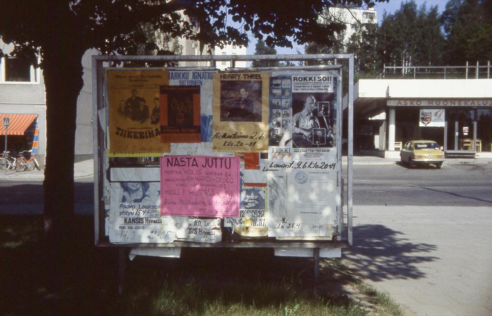 Rity-talon edustalla, Kolmiopuiston nurkalla ollut ilmoitustaulu, jossa mainostetaan mm. Rikhard-discoa. Kuva 1970-luvun lopulta. RKM-kokoelmat.