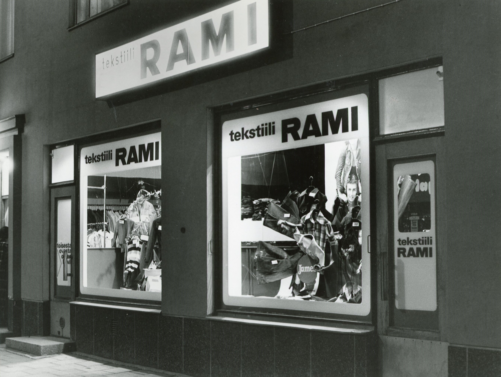 Osoitteessa Hämeenkatu 31 sijainneen Tekstiili-Rami -myymälän näyteikkunassa oli Jameksen farkkuja vuonna 1975. Kuva: Riihikuva, RKM-kokoelmat.